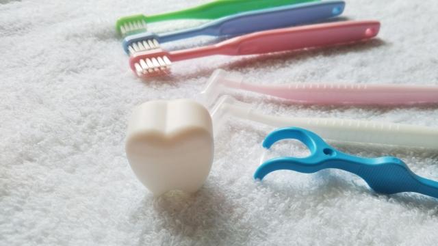 虫歯の治療費はどれくらい? 銀歯・セラミックによる違いも解説
