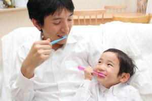 親子 笑顔 歯磨き